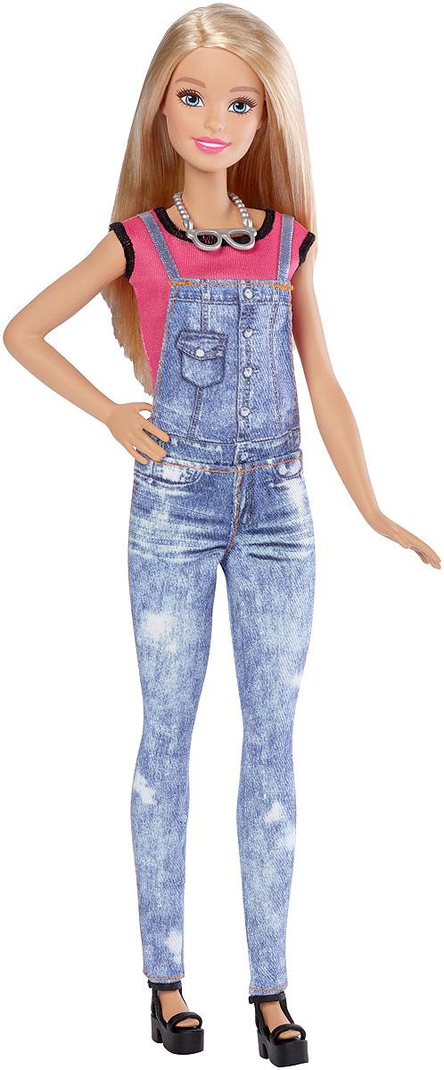 Barbie Игровой набор Эмодзи DYN92_DYN93DYN92_DYN93Теперь ваша кукла Barbie может выразить любые эмоции с помощью творческих наборов Эмодзи. Barbie одета в футболку и комбинезон. В комплекте также есть двустороннее платье, топ и юбка. Наполните ее стиль новыми эмоциями! Выберите одну или две эмодзи из прилагаемых 40 штук и приклейте прозрачную наклейку с рисунком на одежду куклы. Проведите специальным инструментом для перевода рисунка по наклейке, а затем снимите пленку. Рисунок останется на ткани. Оденьте куклу Barbie в ваше творение и завершите образ туфлями и ожерельем из комплекта. Маленьким творцам понравится воплощать свои идеи в реальность вместе с Barbie!