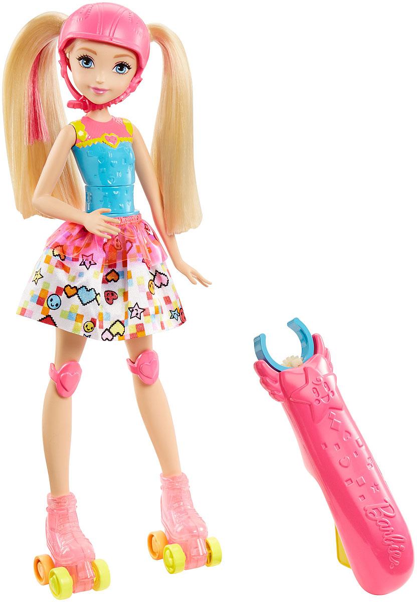 Barbie Кукла Light-Up SkatesDTW17Играйте по своим правилам вместе с куклой Barbie! Дизайн куклы Barbie-скейтер вдохновлен героями видеоигр. У нее крутой спортивный костюм в стиле аниме и настоящие ролики, которые светятся 4 разными цветами при движении. В комплекте есть ручка, которая крепится на талии и позволяет управлять куклой. А если нажать на желтую кнопку, кукла выполнит изящный пируэт. Яркое трико с акцентом в форме сердца, белая юбка с веселым принтом и розовый дутый жилет создают прелестный образ. Розовые наколенники и шлем придают очарования. Соберите всех кукол Barbie линейки Barbie и виртуальный мир и создайте свою собственную игру.