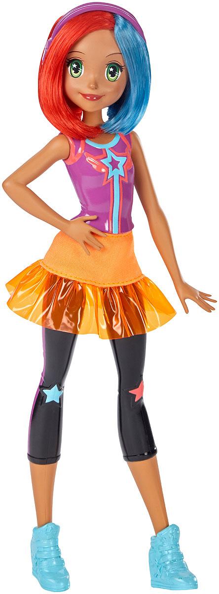 Barbie Кукла Барби Виртуальный мир цвет одежды фиолетовый оранжевыйDTW04_DTW05Играйте по своим правилам вместе с куклой Barbie! Кукла-подружка готова вступить в виртуальную игру и победить! Куколка одета в своем собственном стиле, как героиня веселых видеоигр. Кукла в пластиковом фиолетовом трико с принтом в виде звезды и черных леггинсах с сердцами на коленях. Дополняет необычный наряд прозрачная пластиковая юбочка, которую можно снимать. На ногах - голубые высокие кроссовки. Оранжево-голубые волосы разделены на пробор. Красавица не забыла и свой любимый аксессуар - фиолетовые стильные наушники. Соберите всех кукол Barbie Виртуальный мир и создайте свою собственную игру!