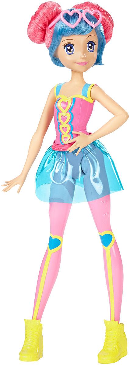 Barbie Кукла Барби Виртуальный мир цвет одежды розовый голубойDTW04_DTW06Играйте по своим правилам вместе с куклой Barbie! Кукла-подружка готова вступить в виртуальную игру и победить! Куколка одета в своем собственном стиле, как героиня веселых видеоигр. Кукла в пластиковом розовом трико с принтом в сердечко и розовых леггинсах с сердцами на коленях. Дополняет необычный наряд прозрачная пластиковая юбочка, которую можно снимать. На ногах - ярко-желтые высокие кроссовки. Розовые волосы с голубой челкой убраны в оригинальную прическу. Красавица не забыла и свой любимый аксессуар - розовые очки-сердечки. Соберите всех кукол Barbie Виртуальный мир и создайте свою собственную игру!