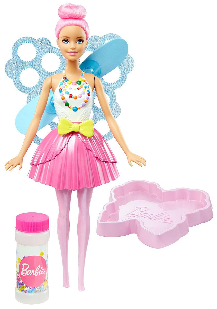 Barbie Кукла Фея Фантастические пузыри цвет волос светло-розовыйDVM94_DVM95Кукла-фея Barbie Фантастические пузыри умеет пускать пузыри из крыльев! Отправляйтесь в царство снов вместе с Barbie и все ваши мечты станут реальностью! Налейте раствор из бутылочки (входит в набор) в лоток в виде бабочки и окуните туда крылья куклы. Потяните за желтую ленточку на талии куклы и наблюдайте за полетом пузырей, которые пускает специальный вентилятор. Кукла одета в белый топ с разноцветными бусами на груди и розовую юбку в тон великолепным волосам. Соберите всех кукол Barbie и аксессуары из линейки Dreamtopia и отпустите мечту в полет!