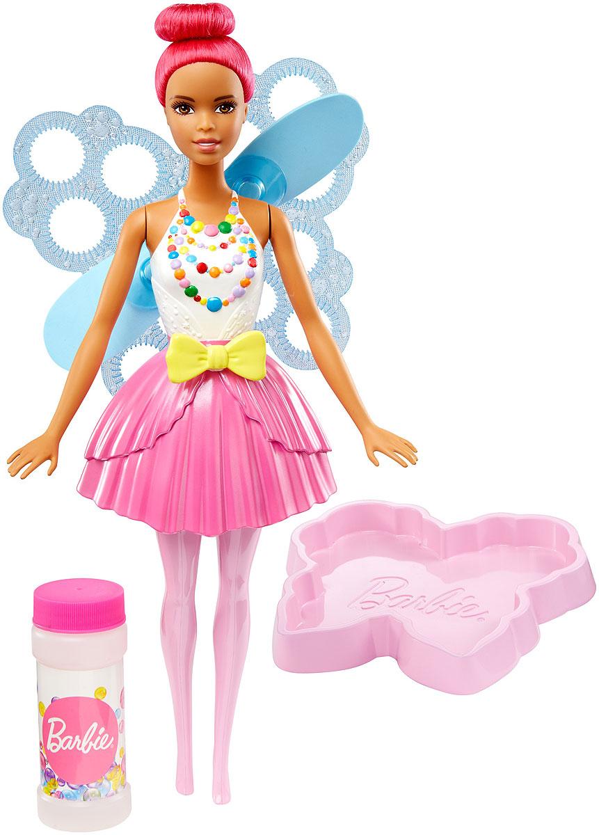 Barbie Кукла Фея Фантастические пузыри цвет волос розовыйDVM94_DVM96Кукла-фея Barbie Фантастические пузыри умеет пускать пузыри из крыльев! Отправляйтесь в царство снов вместе с Barbie и все ваши мечты станут реальностью! Налейте раствор из бутылочки (входит в набор) в лоток в виде бабочки и окуните туда крылья куклы. Потяните за желтую ленточку на талии куклы и наблюдайте за полетом пузырей, которые пускает специальный вентилятор. Кукла одета в белый топ с разноцветными бусами на груди и розовую юбку в тон великолепным волосам. Соберите всех кукол Barbie и аксессуары из линейки Dreamtopia и отпустите мечту в полет!