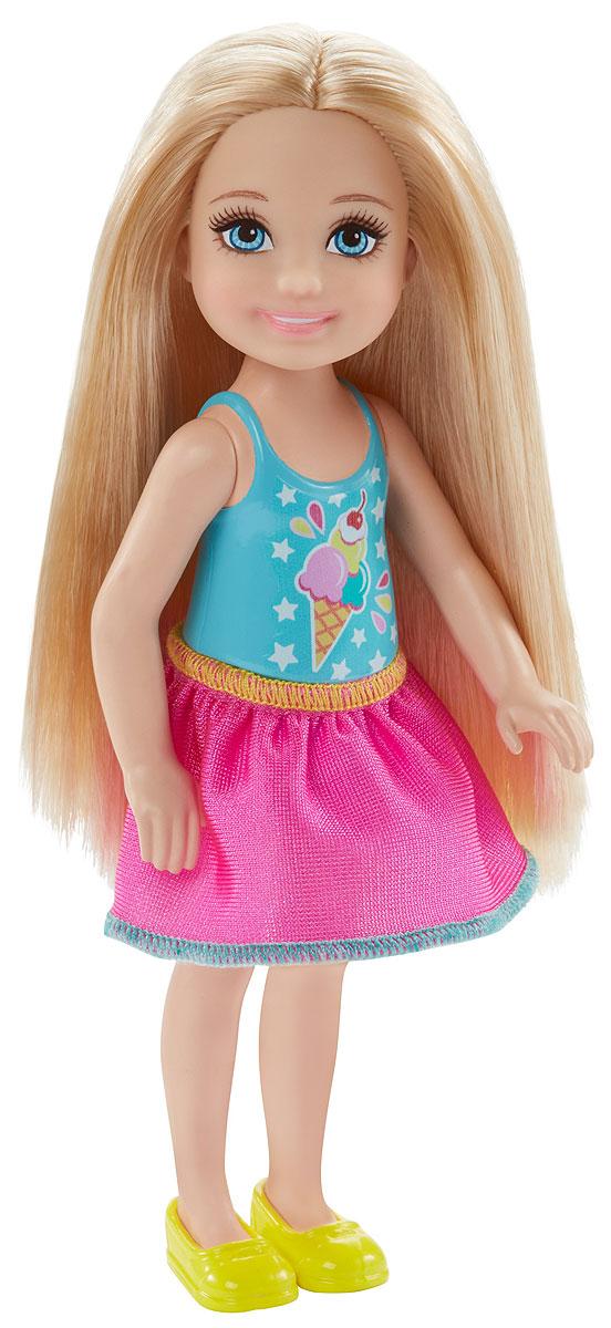 Barbie Мини-кукла Челси с поп корномDWJ33_DWJ27Мини-кукла Barbie Челси порадует любую девочку, ведь она такая приветливая и веселая, что может поднять настроение одним своим присутствием. На этот раз Челси собралась сходить в кино. У куклы длинные светлые волосы, что позволит ребенку придумывать разнообразные прически. Малышка одета в пластиковый голубой топ и розовую юбочку. На ножках - желтые туфельки. В руку куколка может взять картонную коробочку с поп корном. Голова, ручки и ножки куклы подвижны. Игрушка изготовлена из качественных и безопасных материалов. Благодаря играм с куклой, ваша малышка сможет развить фантазию и любознательность, овладеть навыками общения и научиться ответственности. Порадуйте свою принцессу таким прекрасным подарком!