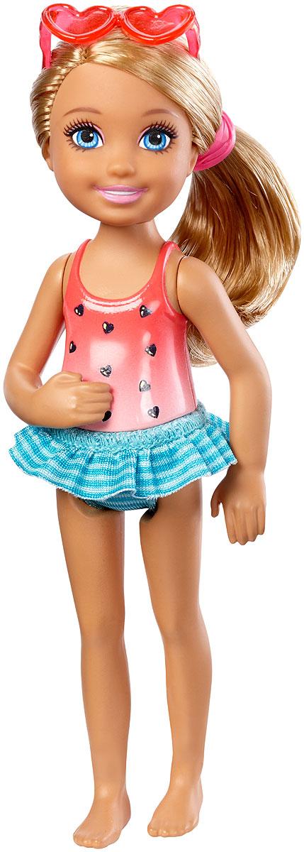 Barbie Мини-кукла Челси с напиткомDWJ33_DWJ34Мини-кукла Barbie Челси порадует любую девочку, ведь она такая приветливая и веселая, что может поднять настроение одним своим присутствием. У куклы длинные светлые волосы, что позволит ребенку придумывать разнообразные прически. Челси одета в пластиковый красно-розовый купальник с плавками-юбочкой зеленого цвета. Образ дополняют солнечные очки-сердечки на голове. В руку куколка может взять картонный стаканчик с прохладительным напитком. Голова, ручки и ножки куклы подвижны. Игрушка изготовлена из качественных и безопасных материалов. Благодаря играм с куклой, ваша малышка сможет развить фантазию и любознательность, овладеть навыками общения и научиться ответственности. Порадуйте свою принцессу таким прекрасным подарком!