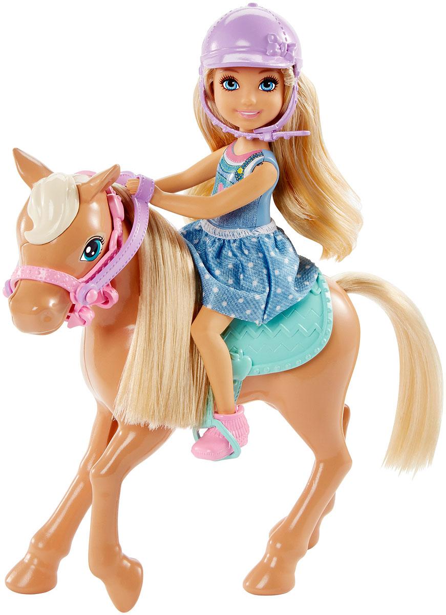 Barbie Игровой набор с мини-куклой Челси и пони DYL42DYL42Кукла Челси вместе со своим пони выходят на ринг! Посадите куклу верхом на милого пони, и начнется веселье! Не забудьте седло и шлем для большей безопасности. У Челси ноги сгибаются в коленях, и она отлично садится в стремена. Маленькая сестренка Barbie одета в легкий наряд и розовые ботинки. У пони мягкие грива и хвост. Соберите всех кукол и аксессуары Челси и придумайте что-то совершенно новое.