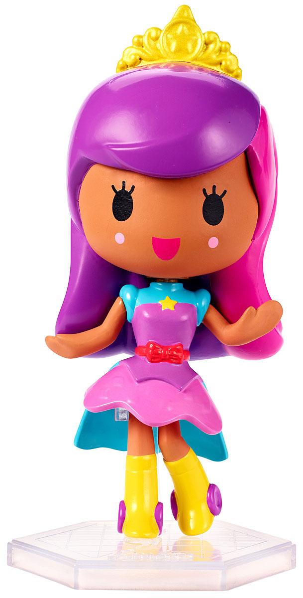 Barbie Мини-кукла Барби Виртуальный мир цвет одежды розовый фиолетовыйDTW13_DTW15Играйте по своим правилам вместе с куклой Barbie! Милая маленькая куколка из виртуального мира готова вступить в игру и победить! Этот персонаж будто пришел к нам из мира игр: яркий разноцветный наряд и небольшой размер делают ее похожим на ожившую картинку. Куколка в фиолетово-голубой кофточке со звездочкой на груди, пышной юбочке и высоких желтых сапожках. Индивидуальность этой малышке прибавляет прическа розово-фиолетовыми волосами и маленькой короной. В комплекте с куклой имеется специальная подставка. Вспомните любимую игру или придумайте свои собственные правила! Найдите свою любимицу или соберите их всех!