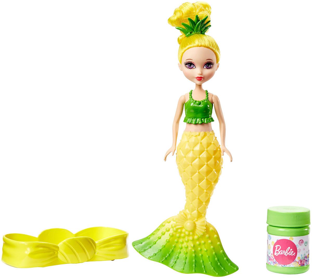 Barbie Мини-кукла Русалочка Ананас с мыльными пузырькамиDVM97_DVM99Мини-кукла Barbie Русалочка. Ананас предстает в образе прекрасной принцессы-русалки, повелительницы морских глубин. Высокую прическу куколки украшает заколка в виде листьев ананаса. Кукла в пластиковым топе зеленого цвета с ярко-желтым хвостом. Поверхность хвоста русалки декорирована рисунком под ананас. Кукла-русалка умеет пускать пузыри из хвоста. Налейте мыльный раствор из баночки в комплекте в лоток, окуните в него хвост куклы, сожмите его и наслаждайтесь множеством радужных пузырей! Куколка выпускает пузыри с тропическим ананасовым ароматом. Ручки и голова у Барби подвижные. Ваша малышка с удовольствием будет играть с куколкой и радужными пузырьками, придумывая различные истории.
