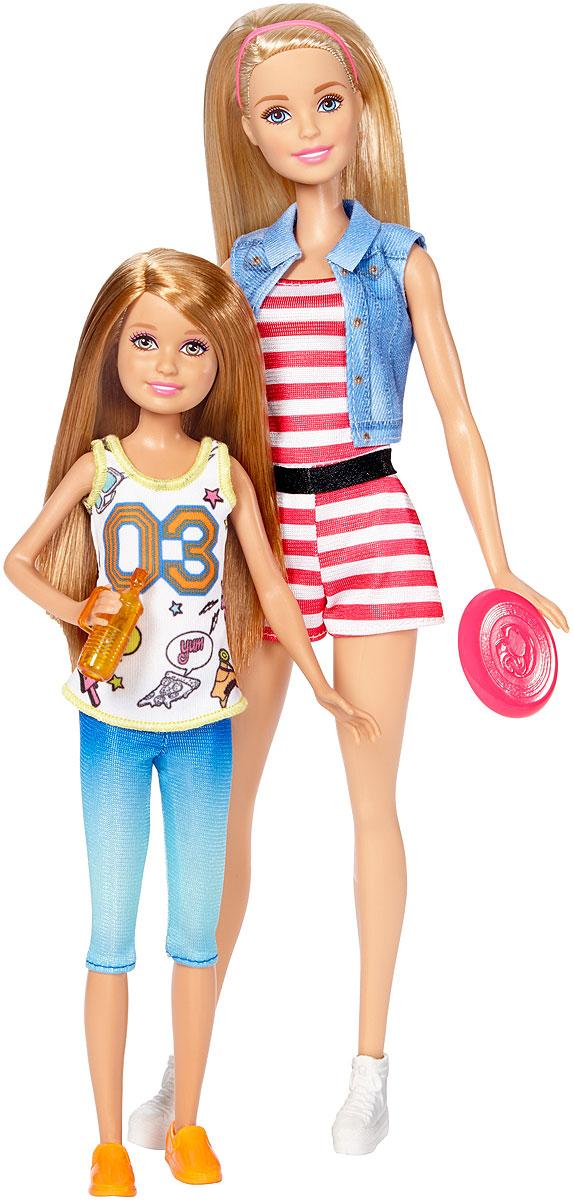 Barbie Набор кукол Барби и Стейси на свежем воздухеDWJ63_DWJ64Две сестры Barbie - вдвое больше веселья! Кукла Barbie обожает проводить время со своей сестрой. Выходите поиграть на улицу с Барби и Стейси. Каждая кукла одета в модный наряд и пару легкой, спортивной обуви. В набор входят летающий диск и бутылочка воды. Соберите всех кукол и веселитесь в кругу семьи!