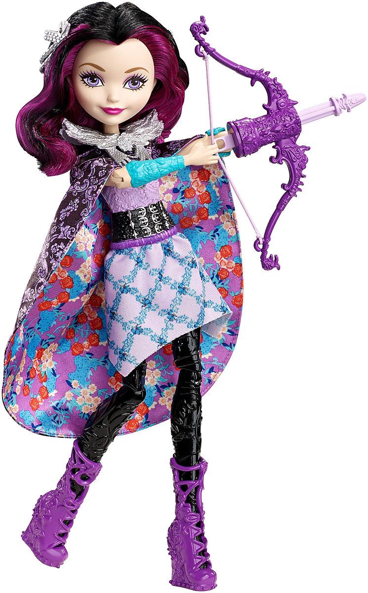 Ever After High Волшебная лучница Рэйвен Квин DVJ21DVJ21Помоги Рэйвен Квин отправить стрелу в полет! Дочь злой королевы из Белоснежки одета в наряд для вечеринки любимых цветов: фиолетовый верх украшен узором, подходящим к синим брючкам, а фиолетовая юбка — цветочным узором. Длинная черная верхняя юбка привлекает внимание богатым фиолетовым узором из цветов. Сними ее и накинь как плащ, чтобы создать идеальный образ для урока стрельбы. Вложи лук со стрелой в левую руку куклы, поставь пальцы ее правой руки в специальное отделение на нижней части лука. Нажми кнопку на спине, и стрела полетит в воздух. В наборе 3 стрелы, серебристый стоячий воротничок, ободок и модные ботиночки.