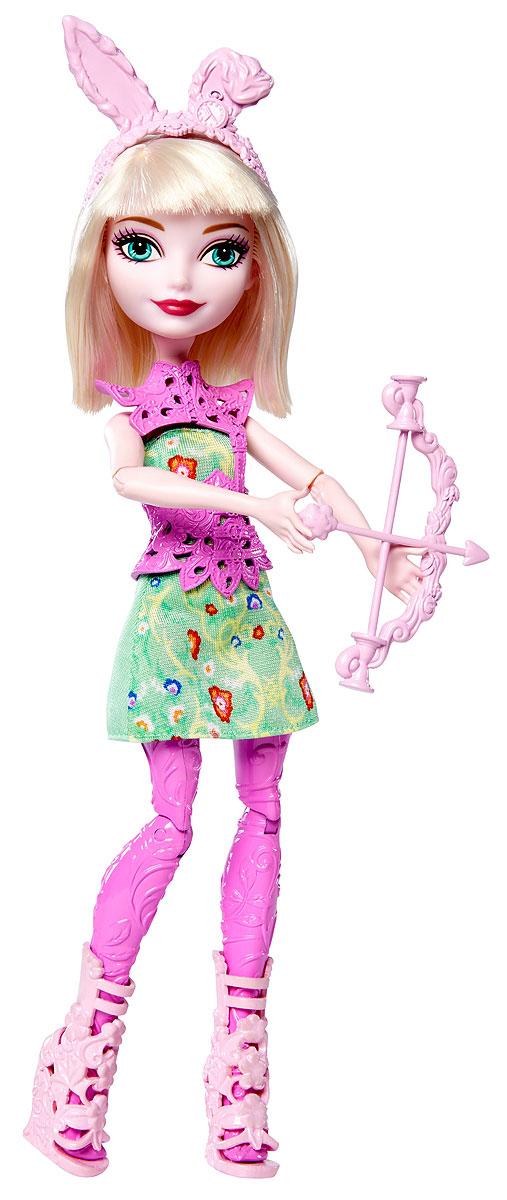 Ever After High Кукла Лучница Банни БланкDVH82_DVH81Банни Бланк - дочка Белого кролика из Алисы в стране чудес, и все детали ее костюма говорят именно об этом. Придумывайте невероятные сюжеты с куклами Ever After High, которые решили научиться стрельбе из лука! Эти куклы Ever After High держат в руках очаровательный лук со стрелой. Выберите Эшлин Эллу, Розабеллу Бьюти или Банни Бланк. Каждая кукла одета в платье с цветочным узором и леггинсы ее любимого цвета. Потрясающие туфли и стильный защитный жилет дополняют наряд. К каждому образу подобраны изящные аксессуары. Банни Бланк надела ободок с ушками, а Розабелла - очки. Куклы-лучницы готовы веселиться! В комплекте с куклой: лук со стрелой и ободок.