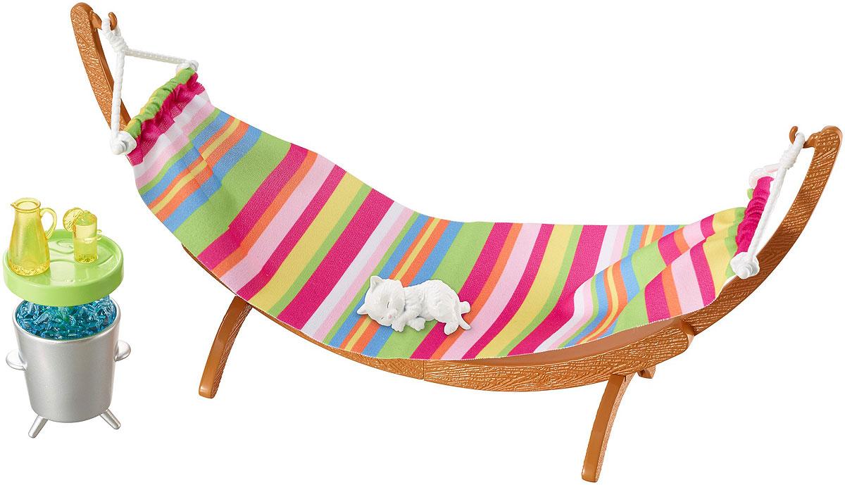 Barbie Мебель для кукол Отдых на природе Летний деньDXB69_DVX47Проведите летний день, валяясь на солнце вместе с Barbie. Гамак, столик и прохладительный напиток помогут устроить настоящий праздник на улице. Можно взять с собой и питомца (в набор входит фигурка спящего котенка). Соберите всю мебель и аксессуары, чтобы создать полноценный интерьер для вашей куклы Barbie. Все предметы набора выполнены из качественных и безопасных материалов. Куклы в комплект не входят.