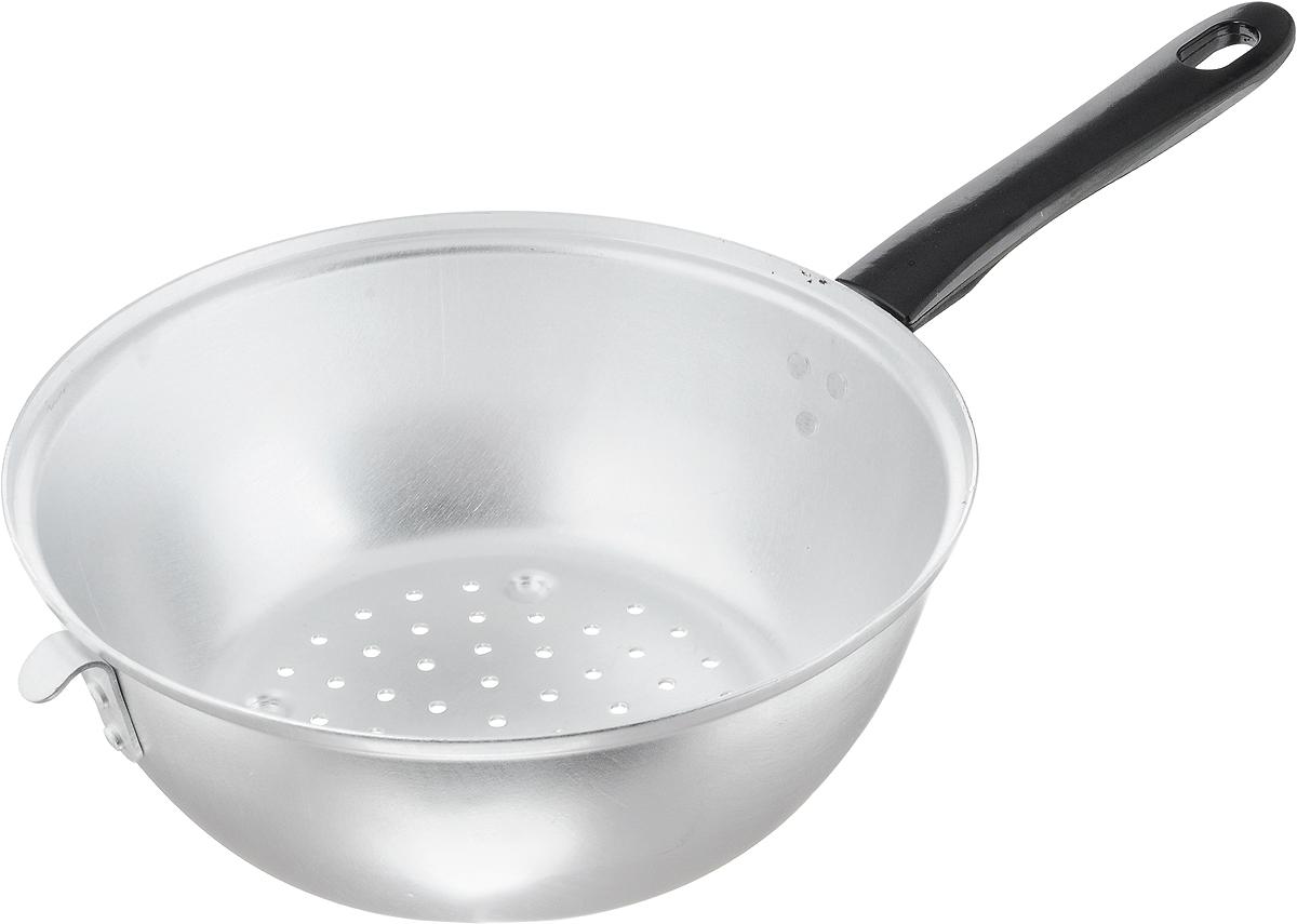 Дуршлаг Scovo, цвет: черный, серебристый, диаметр 24 смМТ-057Дуршлаг Scovo, изготовленный из алюминия, станет полезным приобретением для вашей кухни. Он предназначен для отделения жидкости от твердых веществ, например, после варки макаронных изделий, круп, картофеля. Также дуршлаг используется для мытья и промывания ягод, грибов, мелких фруктов и овощей. Дуршлаг оснащен длинной ручкой и петелькой для подвешивания на крючок. Диаметр дуршлага: 24 см. Высота стенки дуршлага: 9,5 см. Длина ручки: 18 см.