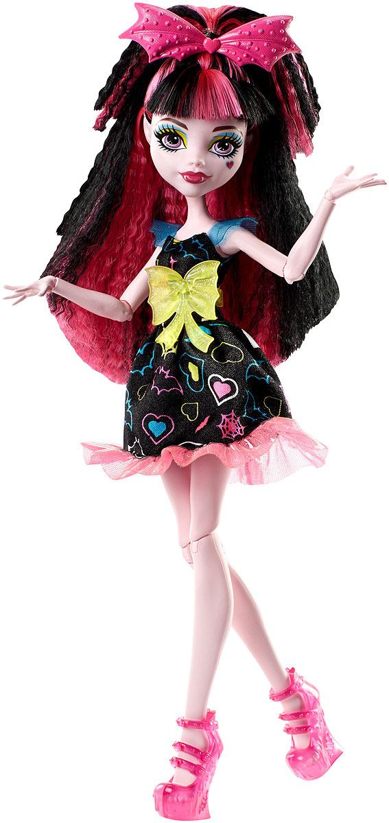 Monster High Кукла Дракулаура Под напряжениемDVH65_DVH67Героини нового мультфильма Monster High Под напряжением, просто заряжены весельем! Они модно приоделись и готовы к леденящим кровь приключениям. Одна из них - Дракулаура, дочь Дракулы. Её модный наряд прекрасно подходит для зажигательной вечеринки. Кукла Monster High Дракулаура одета в черное платье с воланом. На ногах - изящные розовые туфли на высоких каблуках. Завершают стильный образ зловещей модницы пластиковый пояс с большим бантом и оригинальный ободок со скрипичным ключом. Шикарные длинные волосы куклы можно расчесывать. Вашей малышке понравится воссоздавать сцены или разыгрывать с куклой сюжеты собственных историй. Руки, ноги и колени у куклы шарнирные, это позволяет придать разнообразные позы. Порадуйте поклонницу Monster High удивительной новинкой в мире Школы Монстров, подарив ей эту замечательную куколку.
