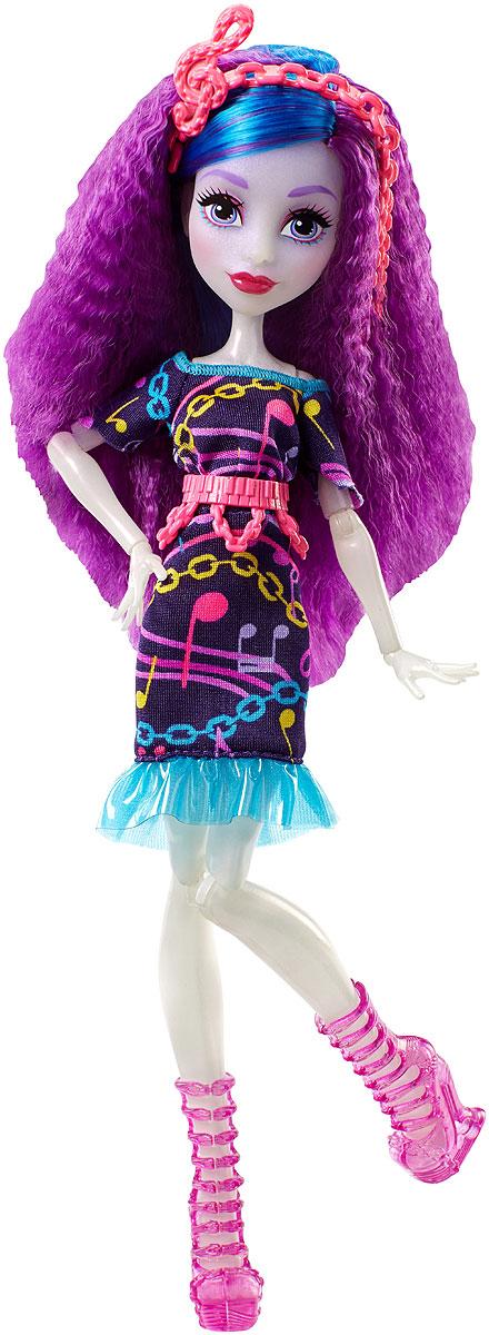Monster High Кукла Ари Хантингтон Под напряжениемDVH65_DVH68Героини нового мультфильма Monster High Под напряжением, просто заряжены весельем! Они модно приоделись и готовы к леденящим кровь приключениям. Одна из них - Ари Хантингтон, дочь Призраков. Её модный наряд прекрасно подходит для зажигательной вечеринки. Кукла Monster High Ари Хантингтон одета в темно-фиолетовое платье с воланом. На ногах - изящные полусапожки на высоких каблуках. Завершают стильный образ зловещей модницы розовый пластиковый пояс и оригинальный ободок со скрипичным ключом. Шикарные длинные волосы куклы можно расчесывать. Вашей малышке понравится воссоздавать сцены или разыгрывать с куклой сюжеты собственных историй. Руки, ноги и колени у куклы шарнирные, это позволяет придать разнообразные позы. Порадуйте поклонницу Monster High удивительной новинкой в мире Школы Монстров, подарив ей эту замечательную куколку.