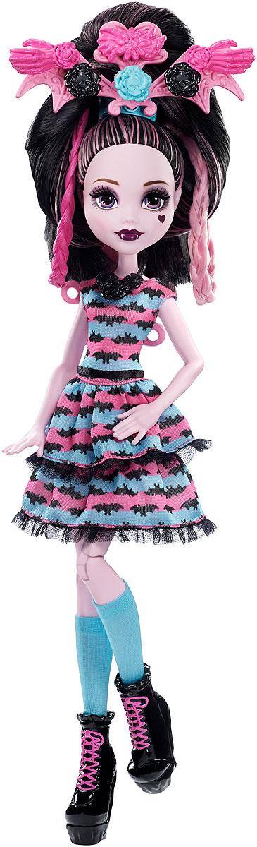 Monster High Стильные прически Дракулауры DVH36DVH36Играй с длинными волосами Дракулауры и создавай уникальные прически с 30 аксессуарами для волос! Дракулаура выбрала украшения для волос своих любимых цветов и форм. Здесь все оттенки розового, черного и синего. Цветы, летучие мыши, паутина и крылья. Некоторые аксессуары можно объединять с другими, чтобы создать необычные прически. Яркие пряди волос, заколки и резинки позволят тебе проявить безграничную фантазию. Дракулаура уже одета в ужасно красивое розово-синее платье с черной летучей мышью на спине. Осталось только оживить ее образ прической! Синие носки, черные ботиночки и черное ожерелье прекрасно дополняют образ.