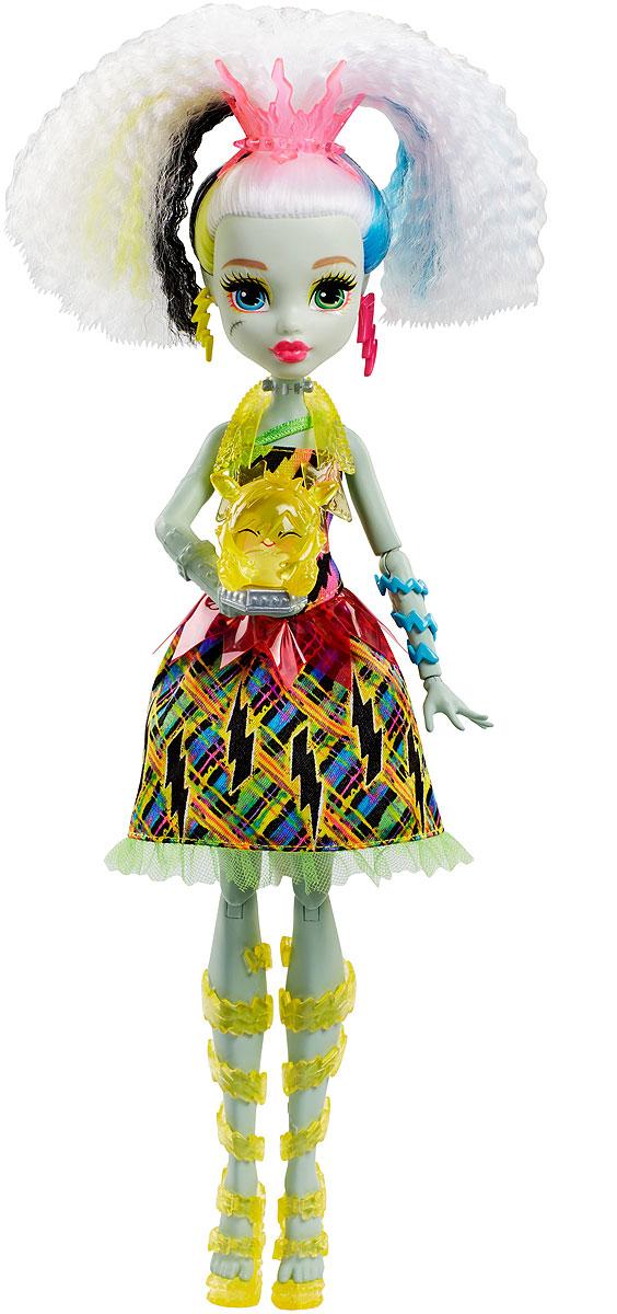 Monster High Электро Фрэнки Под напряжением DVH72DVH72Переживай любимые моменты из мультфильма Monster High Под Напряжением снова и снова! Фрэнки Штейн несет заряд положительный эмоций. У куклы есть несколько интерактивных функций, которые она демонстрирует с помощью Знапа, своего питомца из фильма. Когда фигурка Знапа прикасается к кукле Фрэнки Штейн, то она просто светится от счастья. Ты можешь увидеть четыре разных свето-музыкальных реакции. Например, ее волосы могут засветиться зеленым, и ты услышишь хохот. Или ты можешь увидеть разноцветное световое шоу! Это так невероятно, что нужно повторить!