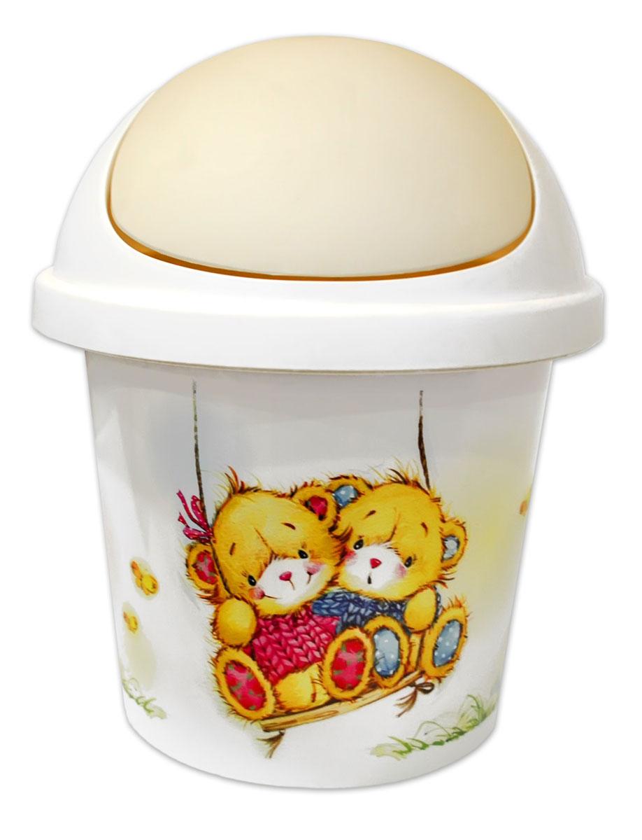 Little Angel Контейнер для мусора Bears 7 лLA1053IRКонтейнер для мусора Bears изготовлен из полипропилена, оформлен изображением медвежат. Для удобства эксплуатации крышка контейнера при нажатии вниз вращается. Такой аксессуар очень удобен в использовании как дома, так и в офисе. Высота: 33 см.