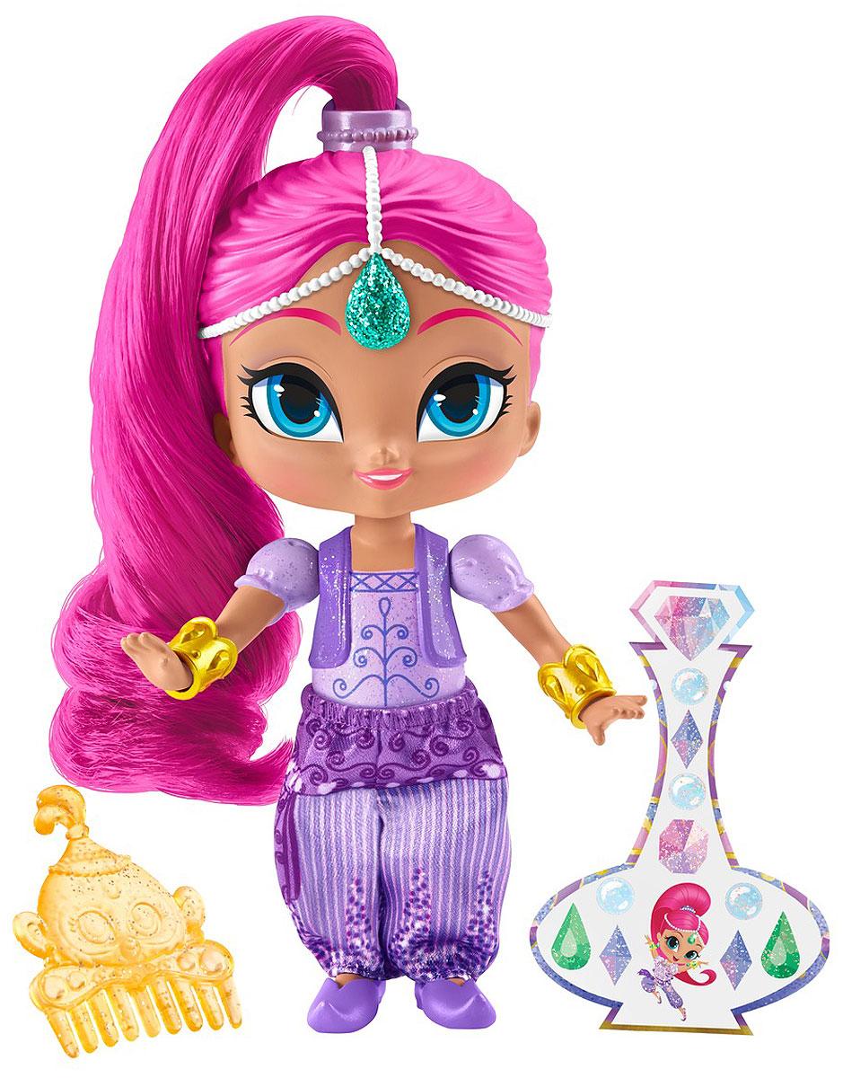 Shimmer & Shine Мини-кукла ШиммерDLH55_DLH56Шиммер - это очаровательный голубоглазый джинн с розовыми волосами. Шиммер всегда веселая и жизнерадостная, любит розовый цвет и природу. Ничто не может поколебать ее оптимизм. Ее питомец забавная обезьянка по кличке Тала. Шиммер вместе с сестрой-близнецом Шайн заботится о своей подопечной, девочке Лее. Но из-за своей восторженности и наивности часто совершает ошибки. Это и понятно. Ведь что может знать о желаниях людей обыкновенный джинн? Тем более такой юный. Впрочем, все эти ошибки потом можно исправить, позвав на помощь сестру и лучшую подругу Лею. Неплохо все-таки быть джинном, правда? Мини-кукла Shimmer & Shine Шиммер выполнена из прочного и безопасного пластика. Она одета в фиолетовый наряд и обувь, а золотые браслеты прекрасно дополняют образ куколки. В набор также входят наклейки и расческа.