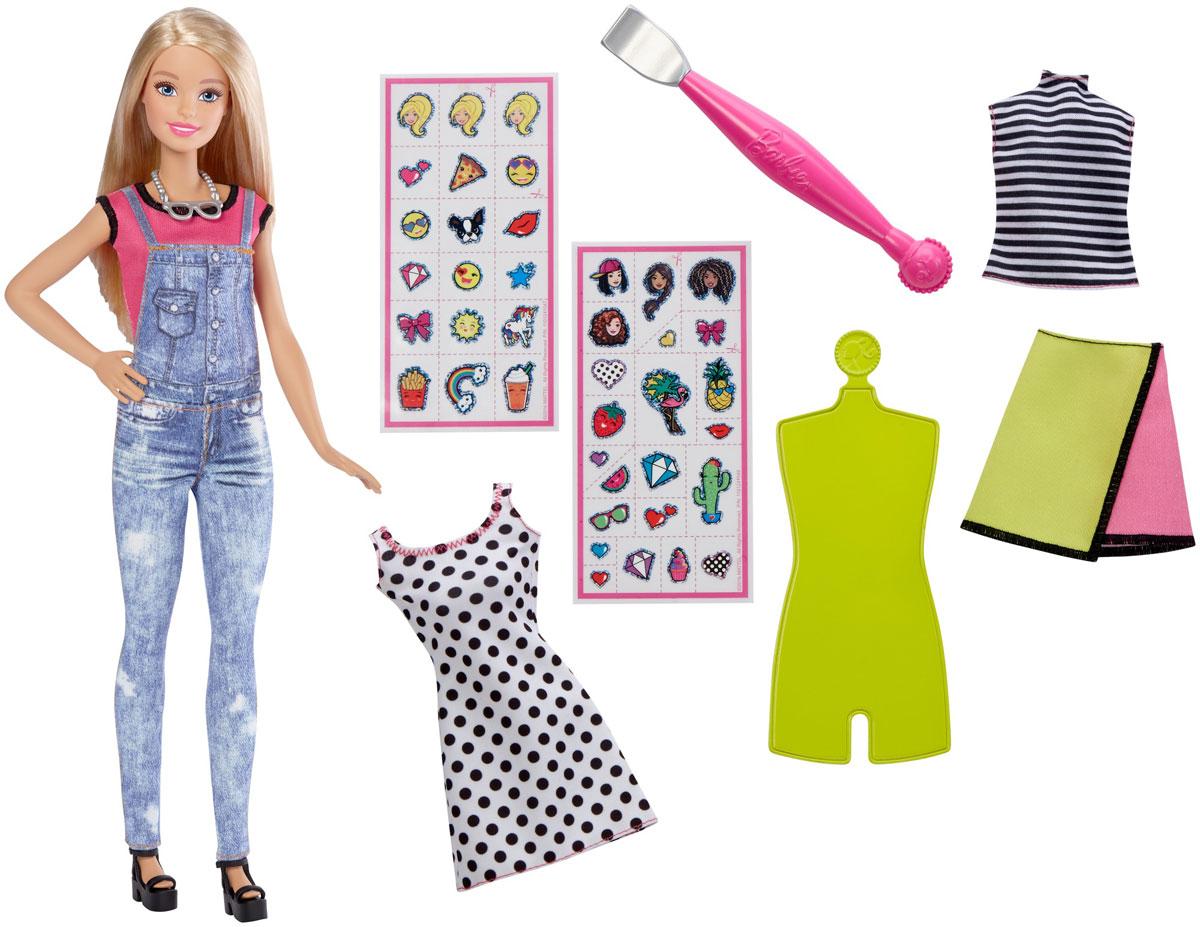 Barbie Кукла Эмодзи БлондинкаDYN92_DYN93Теперь ваша кукла Barbie может выразить любые эмоции с помощью творческого набора Эмодзи. Кукла Barbie одета в розовую футболку и джинсовый комбинезон. В комплект также входят двустороннее платье, топ и юбка. Наполните ее стиль новыми эмоциями! Выберите одну или две эмодзи из прилагаемых 40 штук и приклейте прозрачную наклейку с рисунком на одежду куклы. Проведите специальным инструментом для перевода рисунка по наклейке, а затем снимите пленку. Рисунок останется на ткани. Оденьте куклу Barbie в ваше творение и завершите образ туфлями и ожерельем из комплекта. Маленьким творцам понравится воплощать свои идеи в реальность вместе с Barbie! Порадуйте свою дочурку таким замечательным подарком!