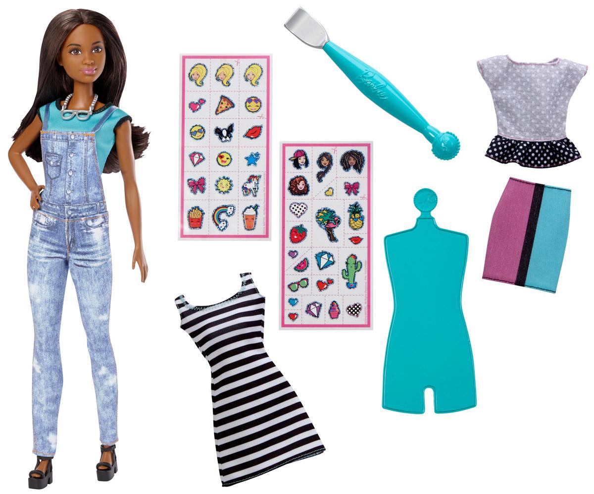Barbie Игровой набор Эмодзи DYN94DYN92_DYN94Теперь ваша кукла Barbie может выразить любые эмоции с помощью творческих наборов Эмодзи. Barbie одета в футболку и комбинезон. В комплекте также есть двустороннее платье, топ и юбка. Наполните ее стиль новыми эмоциями! Выберите одну или две эмодзи из прилагаемых 40 штук и приклейте прозрачную наклейку с рисунком на одежду куклы. Проведите специальным инструментом для перевода рисунка по наклейке, а затем снимите пленку. Рисунок останется на ткани. Оденьте куклу Barbie в ваше творение и завершите образ туфлями и ожерельем из комплекта. Маленьким творцам понравится воплощать свои идеи в реальность вместе с Barbie!