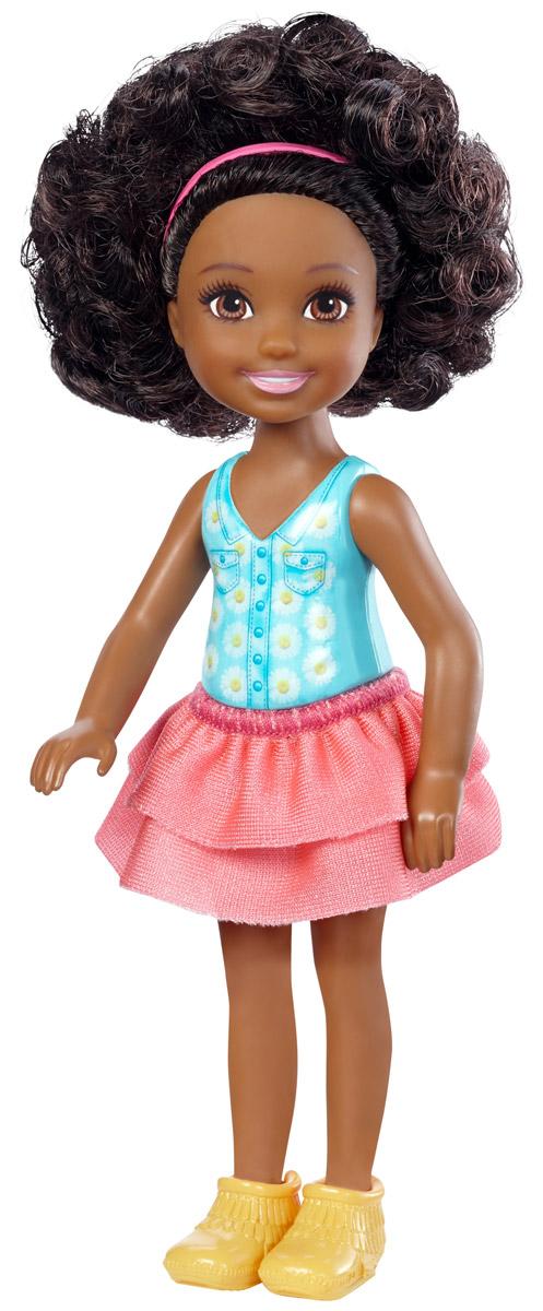 Barbie Мини-кукла Челси с букетом цветовDWJ33_DWJ35Мини-кукла Barbie Челси порадует любую девочку, ведь она такая приветливая и веселая, что может поднять настроение одним своим присутствием. У куклы густые темные волосы, что позволит ребенку придумывать разнообразные прически. Малышка одета в пластиковый голубой топ с цветочками и пышную юбочку персикового цвета. На ножках - желтые ботиночки. В руки Челси может взять картонный букетик с желтыми цветочками. Голова, ручки и ножки куклы подвижны. Игрушка изготовлена из качественных и безопасных материалов. Благодаря играм с куклой, ваша малышка сможет развить фантазию и любознательность, овладеть навыками общения и научиться ответственности. Порадуйте свою принцессу таким прекрасным подарком!