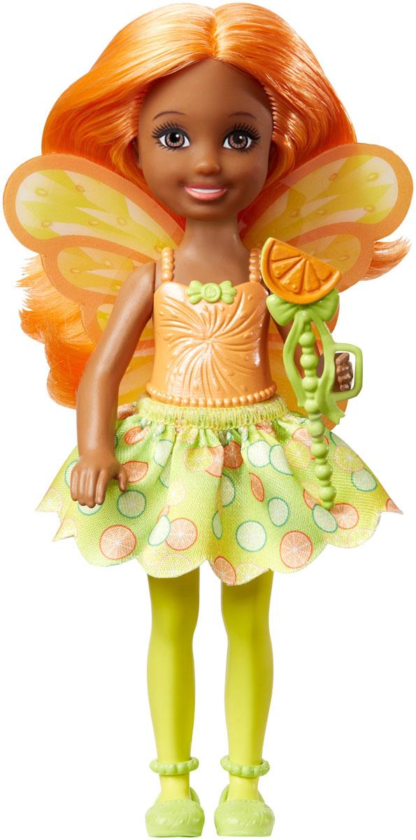 Barbie Мини-кукла Маленькая фея Челси DVM87_DVM89DVM87_DVM89Куколки-феи Челси из линейки Barbie Dreamtopia Сладкое Королевство знают толк в ярких нарядах! Они приготовили волшебные палочки и спешат в магическое путешествие, ведь когда вы входите в царство снов вместе с Barbie и Челси, все ваши мечты становятся реальностью! Выберите самую лучшую из 3 кукол Челси, у каждой из которых свой собственный образ: фея жвачки, фея кексов и мармеладная фея. Куклы одеты в яркие трико, юбку с тематическим принтом и такие же туфли. У кждой есть разноцветные крылья. Не забудьте вложить в руки куклы Челси волшебную палочку!