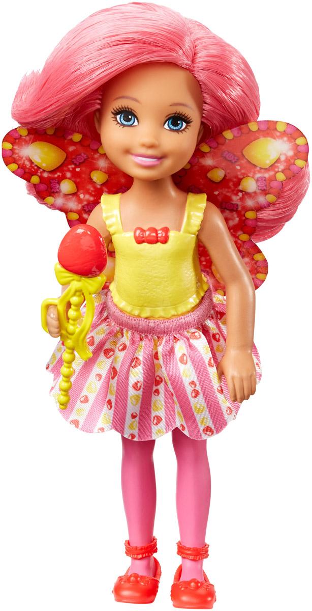 Barbie Мини-кукла Маленькая фея Челси DVM87_DVM90DVM87_DVM90Куколки-феи Челси из линейки Barbie Dreamtopia Сладкое Королевство знают толк в ярких нарядах! Они приготовили волшебные палочки и спешат в магическое путешествие, ведь когда вы входите в царство снов вместе с Barbie и Челси, все ваши мечты становятся реальностью! Выберите самую лучшую из 3 кукол Челси, у каждой из которых свой собственный образ: фея жвачки, фея кексов и мармеладная фея. Куклы одеты в яркие трико, юбку с тематическим принтом и такие же туфли. У кждой есть разноцветные крылья. Не забудьте вложить в руки куклы Челси волшебную палочку!