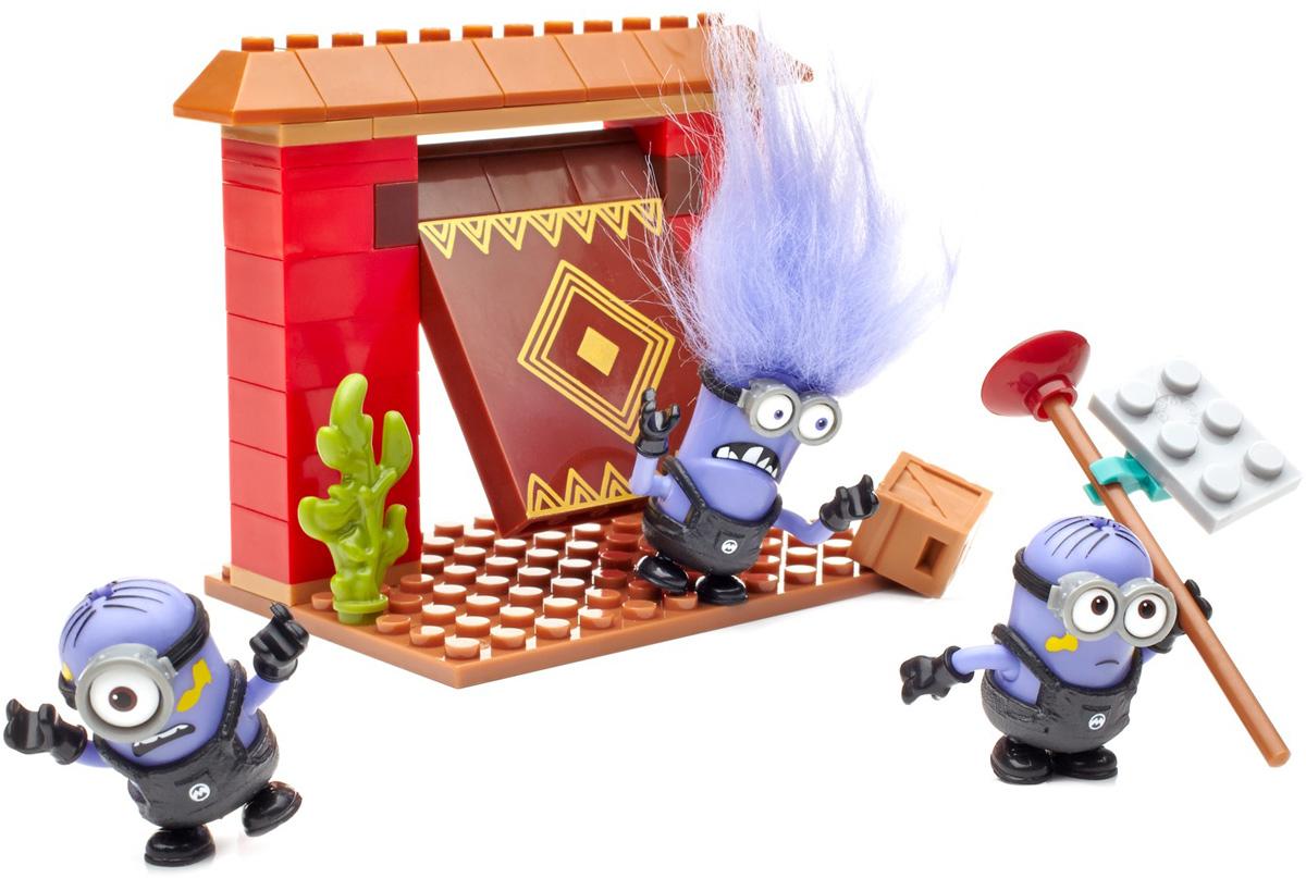 Mega Bloks Фигурка Миньон DKX75_DKX77DKX75_DKX77Больше миньонов — больше проказ в четвертом выпуске тематических наборов из серии Гадкий Я от Mega Bloks. Не важно, работают ли они на фабрике, или пытаются проникнуть в логово Эль Мачо: когда миньоны собираются вместе — хаос обеспечен! Ты можешь выбрать из наборов Захват крепости и Фабрика, в каждом из которых — сборное здание с подвижными частями. Например, фабричный захват или открывающиеся ворота крепости. В каждом наборе — три сборных персонажа из мультфильма Миньоны и аксессуары для воссоздания любимых сценок! Продаются отдельно. Детали, персонажи и аксессуары могут отличаться от изображения.