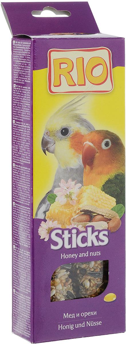 Лакомство для средних попугаев RIO Sticks, с медом и орехами, 2 х 75 г56838Лакомство RIO Sticks с медом и орехами - это дополнительное питание для средних попугаев. В процессе производства палочки запекают в специальных печах особым способом, это обеспечивает превосходный вкус и хрустящую консистенцию. Лакомство имеет буковый стержень, который отлично подходит для чистки клюва. В комплект входит съемный держатель. Товар сертифицирован.