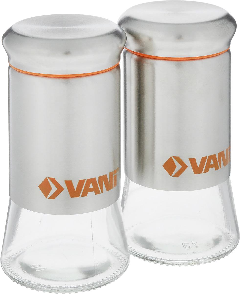 Набор для специй VANI, 2 предмета, 115 млV9135Набор банок для специй VANI станет незаменимым аксессуаром на любой кухне. Они предназначена для компактного хранений специй, что позволяет экономить место на полке. Их корпус изготовлен из экологически чистого стекла и высококачественной нержавеющей стали, что обеспечивает длительный срок эксплуатации. Кроме того, прозрачные стенки позволяет вам контролировать остаток содержимого в банке. Для наилучшей сохранности специй крышки освещена пластиковым уплотнителем. В горлышке съемное сито с отверстиями двух диаметров. Объем емкости: 115 мл. Размер: 11 х 5,5 х 5,5 см.