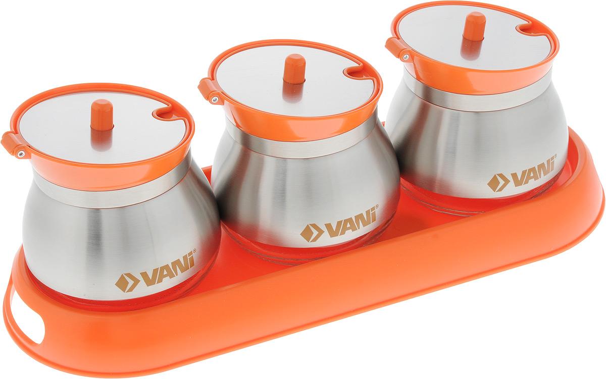 Набор банок для хранения сыпучих продуктов VANI, на подставке, с ложками, 7 предметовV9272Набор VANI состоит из трех банок, которые размещаются на пластиковой подставке. Емкости изготовлены из экологически чистого стекла с обрамлением из нержавеющей стали, оснащены откидывающимися крышками из металла и пластика. В комплект входят три ложки из нержавеющей стали. Предметы набора сохраняют прекрасный внешний вид даже после многолетнего использования. Такой набор гармонично впишется в любой интерьер, дополняя его и делая максимально комфортным. Во избежание повреждений поверхности не используйте для мытья металлические губки, абразивные материалы, хлор и кислотосодержащие очистители. Объем банок: 260 мл. Размер банок: 9 х 9 х 8,5 см. Размер подставки: 31 х 12 х 2,8 см. Длина ложки: 12,7 см.
