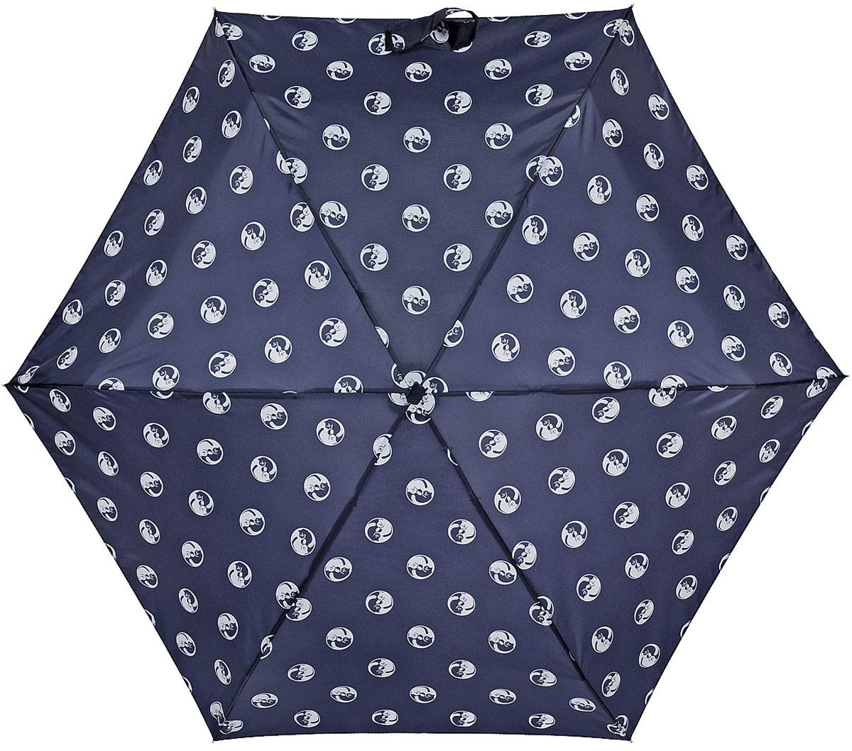 Зонт женский Fulton Yin Yang Cat, механический, 5 сложений, цвет: темно-синий. L501L501_Темно-синий_Инь-ЯньСтильный зонт Fulton Yin Yang Cat, защитит от непогоды, а его сверхкомпактный размер позволит вам всегда носить его с собой. Ветростойкий плоский алюминиевый каркас в 5 сложений состоит из шести спиц с элементами из фибергласса, зонт оснащен удобной рукояткой из прорезиненного пластика. Купол зонта выполнен из прочного полиэстера и оформлен принтом в виде кошек. На рукоятке для удобства есть небольшой шнурок, позволяющий надеть зонт на руку тогда, когда это будет необходимо. К зонту прилагается чехол. Зонт механического сложения: купол открывается и закрывается вручную, стержень также складывается вручную до характерного щелчка. Характеристики: Материал: алюминий, фибергласс, пластик, полиэстер. Длина зонта в сложенном виде: 15 см. Длина ручки (стержня) в раскрытом виде: 50 см.