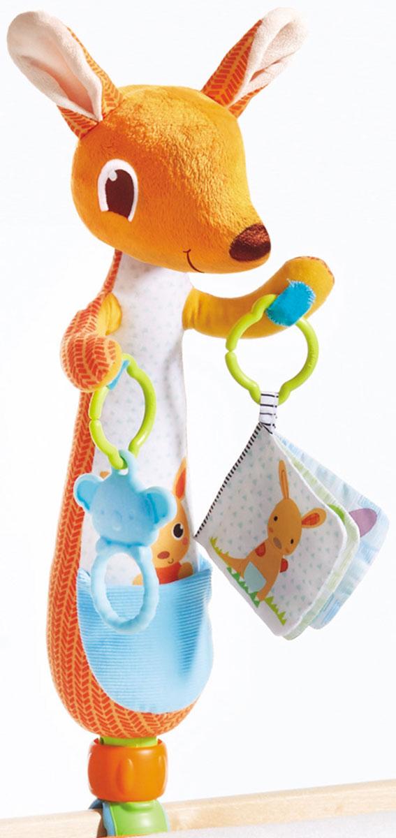 Tiny Love Развивающая игрушка Кенгуру1304406830Мягкая игрушка и держатель для подвесок в одном. •Универсальная съёмная клипса для кроваток; •Специальная подставка для установки на стол; •Клипса снимается и игрушка превращается в мягкого друга; •Кольцо прорезыватель и текстурированная книжка в комплекте; •Маленький кармашек для соски Предлагается в подарочной упаковке.