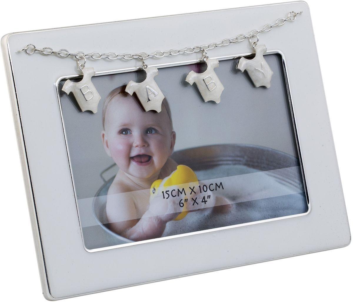Фоторамка Platinum Baby, 10 х 15 см. PF11305NPLATINUM PF11305N WHITEДекоративная фоторамка Platinum Baby изготовлена из металла. Изделие оформлено декоративными элементами в виде подвесок на цепочке с буквами Baby. Рамка устанавливается на столе с помощью специальной ножки. Такая фоторамка позволит хранить на видном месте фотографии любимых вами людей и памятных моментов жизни, а также красиво дополнит интерьер помещения. Размер фоторамки: 18,5 х 14,5 см.