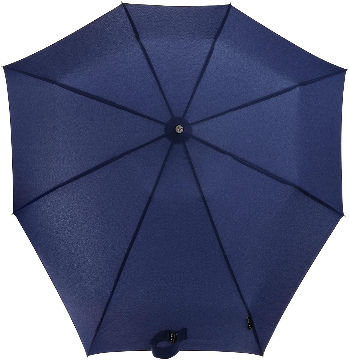 Зонт Senz Smart S, механика, 3 сложения, цвет: темно-синий. 11110211111021Инновационный противоштормовой зонт Senz Smart S не даст вам промокнуть. Купол зонта выполнен из качественного полиэстера. Прочный каркас выполнен из стали. Форма купола продумана так, что вы легко найдете самое удобное положение на ветру. Закрывает спину от дождя. Благодаря своей усовершенствованной конструкции, зонт не выворачивается наизнанку даже при сильном ветре. Выдерживает порывы ветра до 60 км/ч. Эргономичная ручка оснащена текстильной петлей, благодаря которой зонт можно носить на запястье. Зонт имеет механический тип сложения: открывается и закрывается вручную. В сложенном виде зонт фиксируется с помощью широкого хлястика с липучкой. К зонту прилагается чехол, который оснащен съемной ручкой на кнопках.