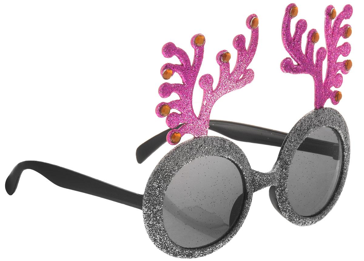 Partymania Очки для вечеринок цвет серебристый сиреневыйT1221_серебристый, сиреневыйНа корпоративной вечеринке или на домашнем празднике станет еще веселее, если раздать гостям забавные очки. Они могут также стать призами в конкурсах. Преобразите друзей или коллег с помощью этих очков, и вы увидите, как хорошее настроение заполнит ваш праздник. Не являются солнцезащитными. Не имеют UF-фильтров.