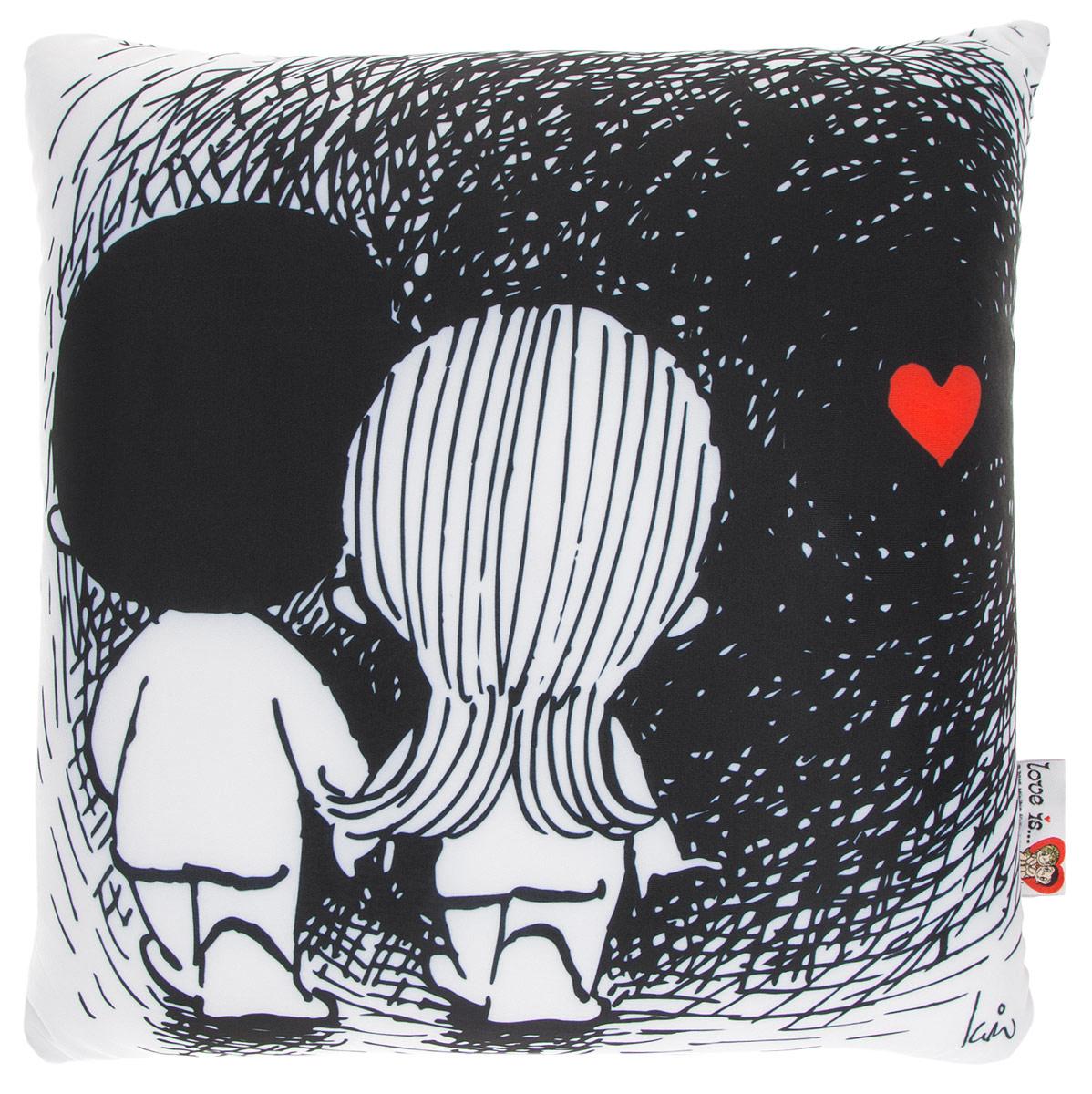 Maxi Toys Подушка Love Is цвет черный белыйMT-H091403Яркая и оригинальная подушка Maxi Toys Love Is станет отличным аксессуаром к интерьеру любой детской комнаты! Подушка украшена принтом с изображением героев комикса новозеландской художницы Ким Касали Love Is, известным у нас в стране по вкладышам одноименной жевательной резинки. Мягкую подушку можно взять с собой в путешествие - в самолете и автомобиле положить ее под голову во время отдыха, а наполнение в виде маленьких полимерных шариков будет отлично снимать стресс. Размер подушки: 32 см х 32 см х 14 см.