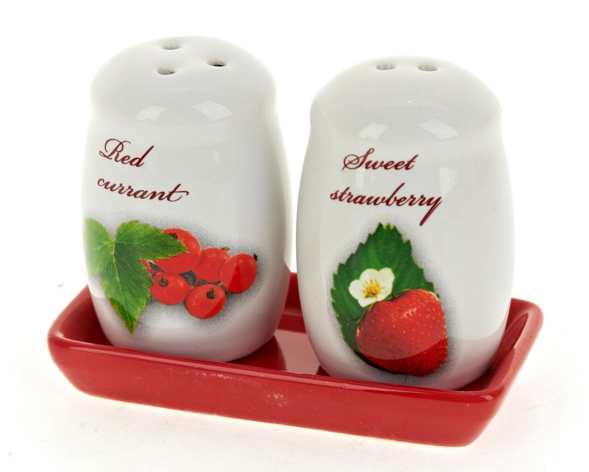 Набор для специй Polystar Садовая ягода, 3 предметаL2520264Набор для специй, состоящий из солонки и перечницы на керамической подставке, изготовлен из высококачественной керамики. Изделия украшены оригинальными рисунками. Солонка и перечница легки в использовании: стоит только перевернуть емкости, и вы с легкостью сможете поперчить или добавить соль по вкусу в любое блюдо. Дизайн, эстетичность и функциональность набора позволят ему стать достойным дополнением к кухонному инвентарю.