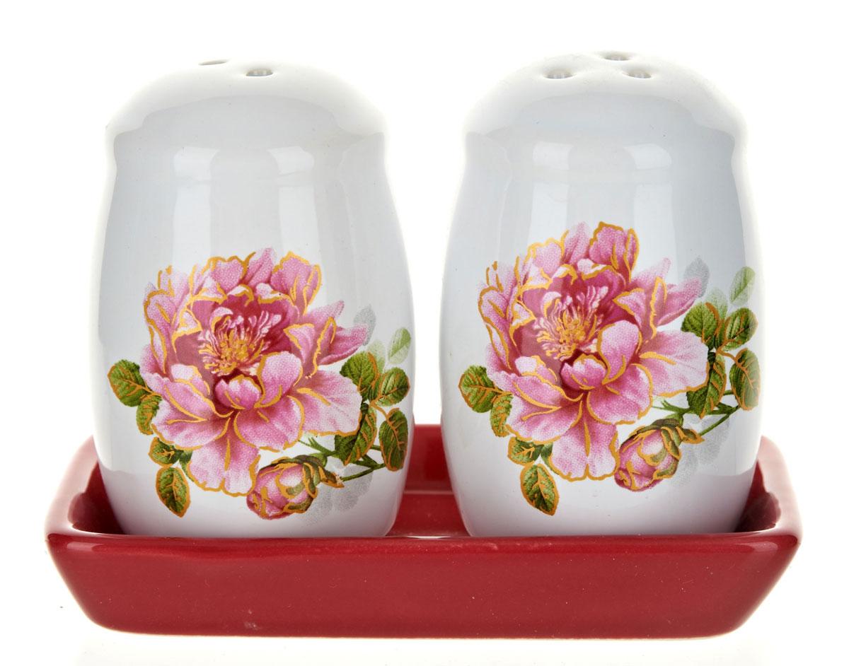 Набор для специй Polystar Райский сад, 3 предметаL2520372Набор для специй, состоящий из солонки и перечницы на керамической подставке, изготовлен из высококачественной керамики. Изделия украшены оригинальными рисунками. Солонка и перечница легки в использовании: стоит только перевернуть емкости, и вы с легкостью сможете поперчить или добавить соль по вкусу в любое блюдо. Дизайн, эстетичность и функциональность набора позволят ему стать достойным дополнением к кухонному инвентарю.