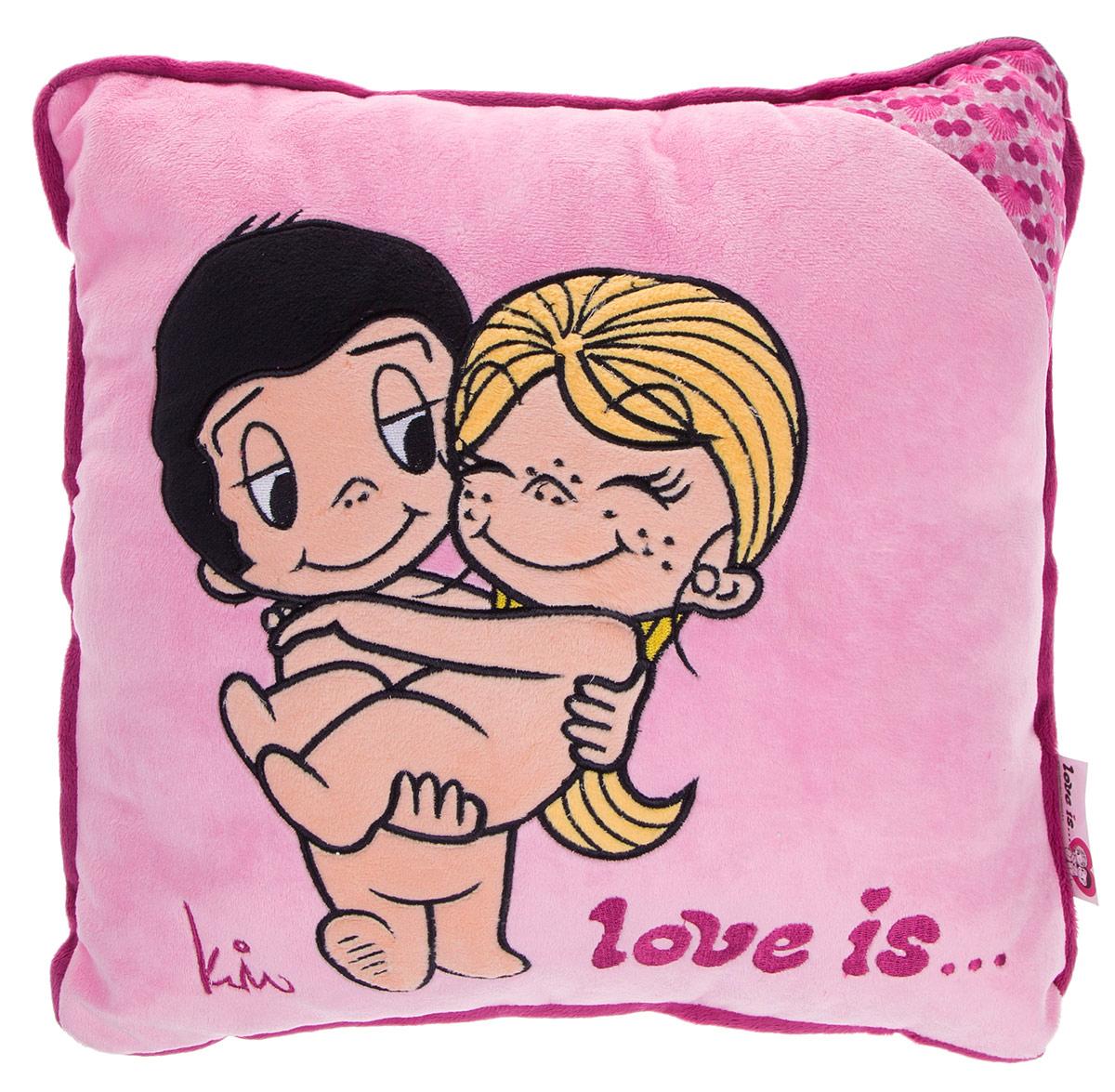 Maxi Toys Подушка Love Is цвет светло-розовый бордовыйMT-SUT101405Яркая и оригинальная подушка Maxi Toys Love Is станет отличным аксессуаром к интерьеру любой детской комнаты! Подушка украшена принтом с изображением героев комикса новозеландской художницы Ким Касали Love Is, известным у нас в стране по вкладышам одноименной жевательной резинки. Мягкую подушку можно взять с собой в путешествие - в самолете и автомобиле положить ее под голову во время отдыха. Размер подушки: 30 см х 30 см х 13 см.