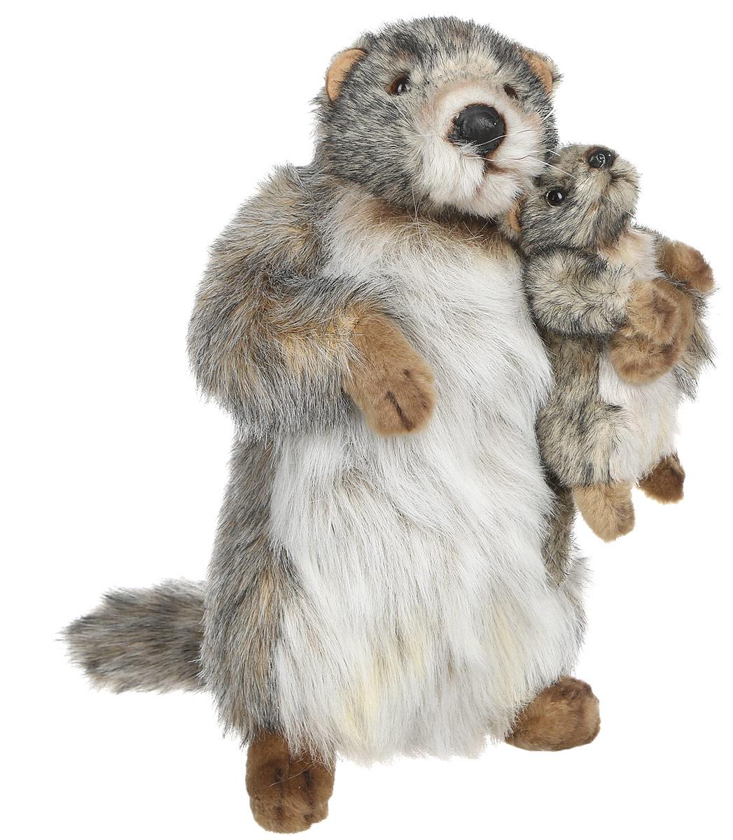 Hansa Toys Мягкая игрушка Сурок с детенышем 32 см4162Мягкая игрушка Hansa Toys Сурок с детенышем обязательно покорит сердце малыша. Ребенок не захочет расставаться со своим пушистым другом ни на секунду, ведь с ним можно отправиться в гости, на прогулку или к бабушке в деревню. У игрушки длинная мягкая шерстка. Глазки выполнены из пластика. Всего на Земле насчитывают 15 видов сурков. В древние времена их прародители жили в Америке, но постепенно зверьки переселялись в Азию и обживали разные территории. Длина тела достигает 60 см (без учета хвоста), а вес - до 10,5 кг. Сурки травоядны, селятся в норах, имеют теплый мех. Зимой впадают в спячку. Играя с мягкой игрушкой, ребенок не будет ограничивать свою фантазию, ведь с ней можно придумывать много сюжетов.