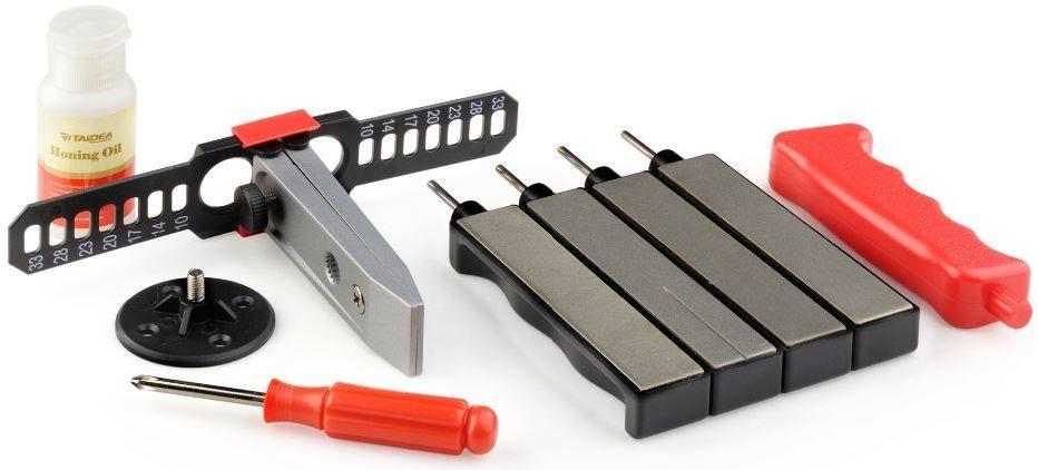 Набор для заточки Ножемир Taidea, в кейсе. T0931DT0931Dполное название: набор для заточки стальных ножей в кейсе T0931D бренд: Taidea размер кейса, см: 23,5 х 4 х 15,5 зернистость, грит: 360; 480; 600; 800 в комплекте: 4 алмазных бруска разной зернистости; фиксатор для ножа; масло для заточки; пластиковый кейс