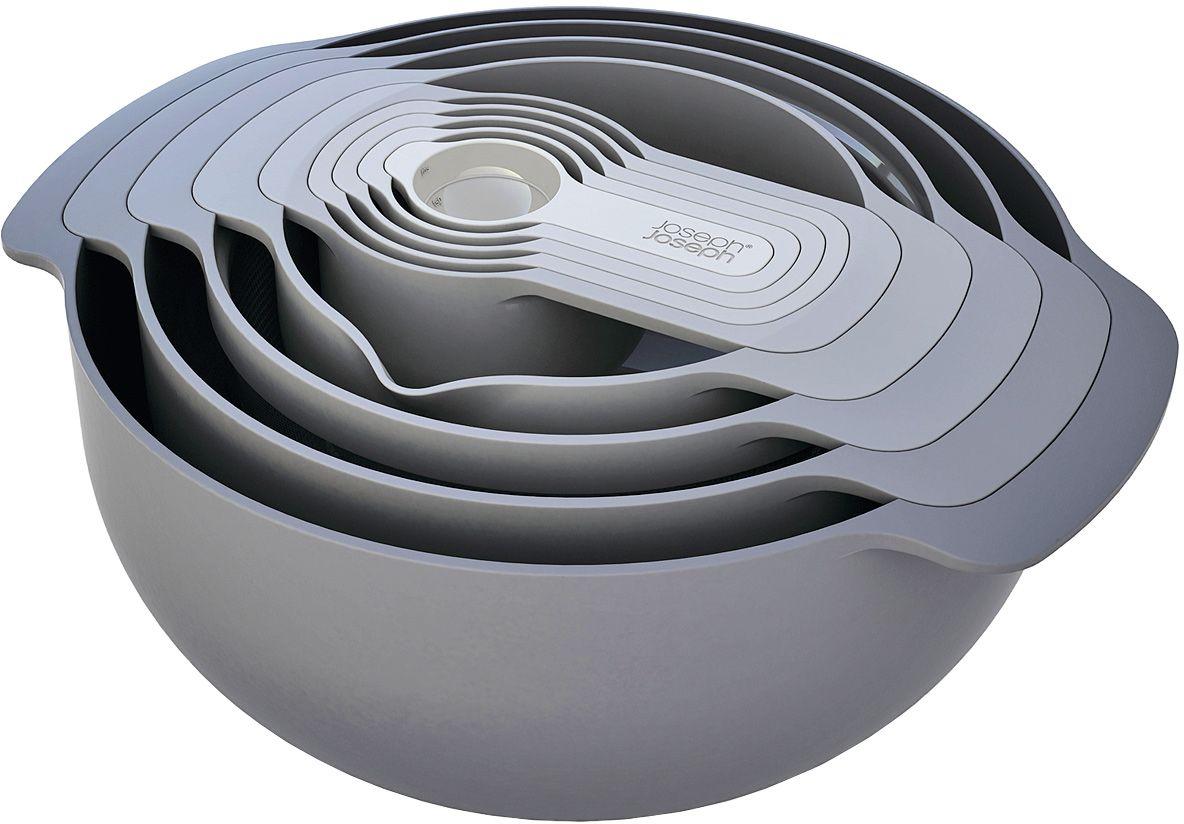 Набор мисок Joseph Joseph Nest 9 Plus, цвет: серый40032Лимитированная коллекция с бестселлером от Joseph Joseph. В набор входит 9 емкостей и инструментов для готовки. Все предметы оснащены удобными ручками и нескользящим дном. Благодаря инновационному дизайну емкости компактно складываются одну в другую и занимают абсолютный минимум места — где бы они ни хранились. В набор входит: - Малая миска с мерными делениями – 0,5 л. - Сито – 1,65 л. - Дуршлаг – 3 л. - Большая миска с нескользящим дном – 4,5 л. - 5 чаш для измерения ингредиентов объемом: 1 столовая ложка (плюс есть возможность отмерить 1 чайную ложку) - 15 мл. (5 мл.) 1/4 стакана – 60 мл. 1/3 стакана – 80 мл. 1/2 стакана – 125 мл. 1 стакан – 250 мл.