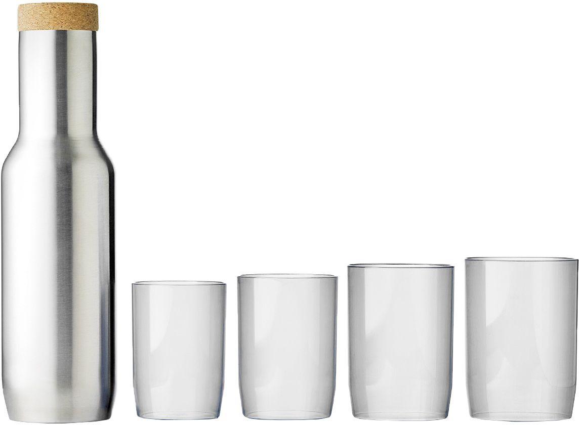 Графин QDO + 4 стакана567406-QЭлегантный графин из нержавеющей стали с пробковой крышкой. Идеален для воды и других прохладительных напитков. Идет в наборе с 4 пластиковыми стаканчиками, которые чуть-чуть отличаются по размеру. Графин аккуратно помещается в дверцу любого холодильника, поэтому вам не придется думать о том, где его хранить. Гладкая металлическая форма выглядит стильно и современно. Такой дизайн будет безупречно смотреться как дома, так и в офисе, на барной стойке и на дачной веранде. Графином легко пользоваться: наливать воду можно всего одной рукой, а стаканчики удобно складываются на горлышко - один в другой. Объем графина - 850 мл. Можно мыть в посудомоечной машине. Материал стаканов - пластик без содержания бисфенола-А.