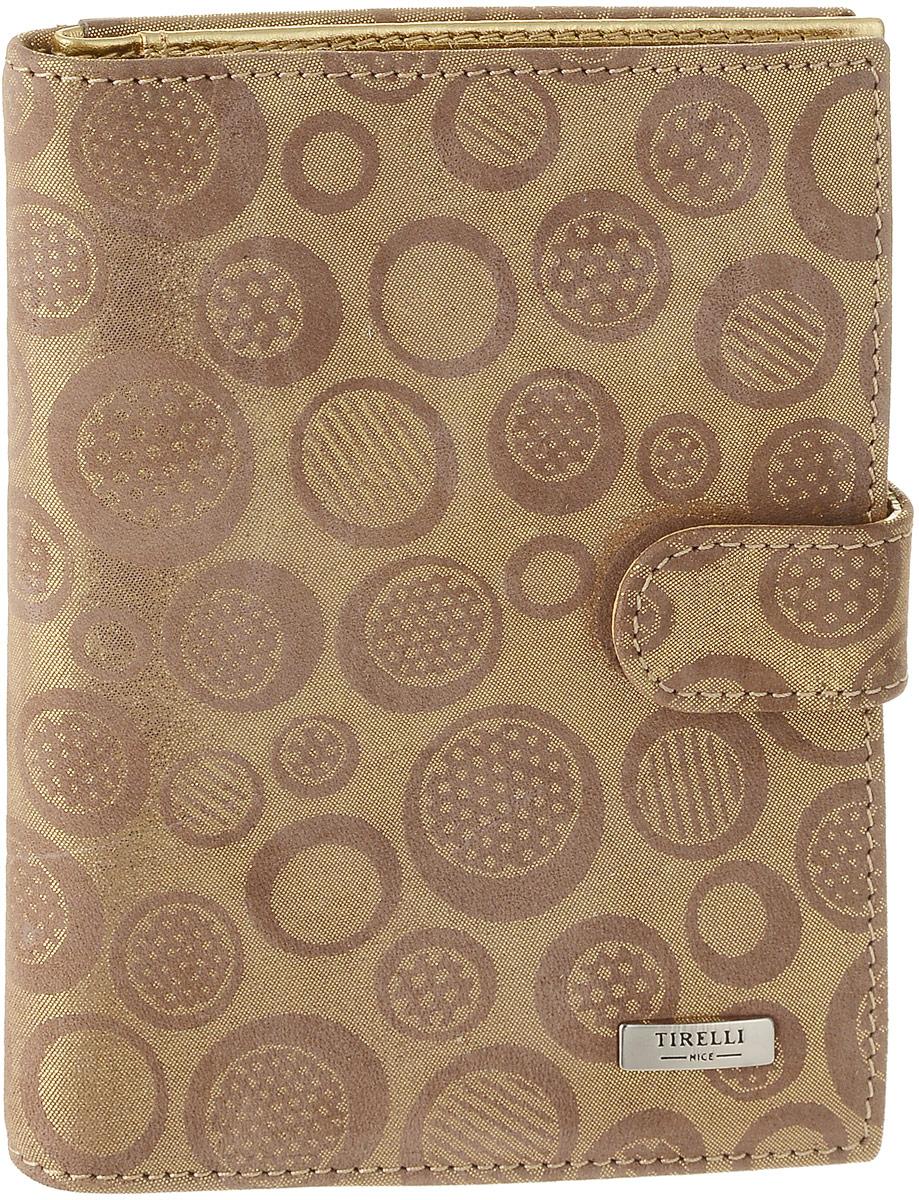 Обложка для автодокументов женская Tirelli Золото, цвет: темно-бежевый, золотистый. 15-331-2915-331-29Женская обложка для автодокументов Tirelli Золото, выполненная из натуральной кожи, оформлена оригинальным принтом с блестящей поверхностью. Изделие раскладывается пополам и закрывается на хлястик с кнопкой. Обложка содержит съемный блок из шести прозрачных файлов из мягкого пластика, один из которых формата А5, три боковых кармана, четыре прорезных кармана для пластиковых карт и отделение для паспорта с боковыми сетчатыми карманами для фиксации. Изделие упаковано в фирменную коробку. Модная обложка для автодокументов поможет сохранить их внешний вид и защитить от повреждений.