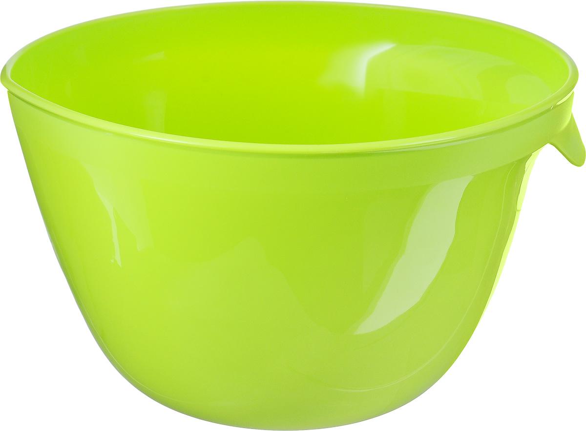 Миска для миксера Curver Essentials, цвет: зеленый, 3,5 л00733-598-00Миска для миксера Curver Essentials изготовлена из прочного пищевого пластика, имеет круглую форму. Благодаря высоким стенкам и удобной ручке в такой миске очень удобно смешивать продукты миксером. Носик поможет аккуратно вылить жидкость. Прорезиненное основание предотвращает скольжение миски по столу. Такая миска пригодится в любом хозяйстве, ее также можно использовать для хранения и сервировки различных пищевых продуктов. Можно мыть в посудомоечной машине. Объем: 3,5 л. Диаметр по верхнему краю: 23 см. Высота стенки: 15 см.