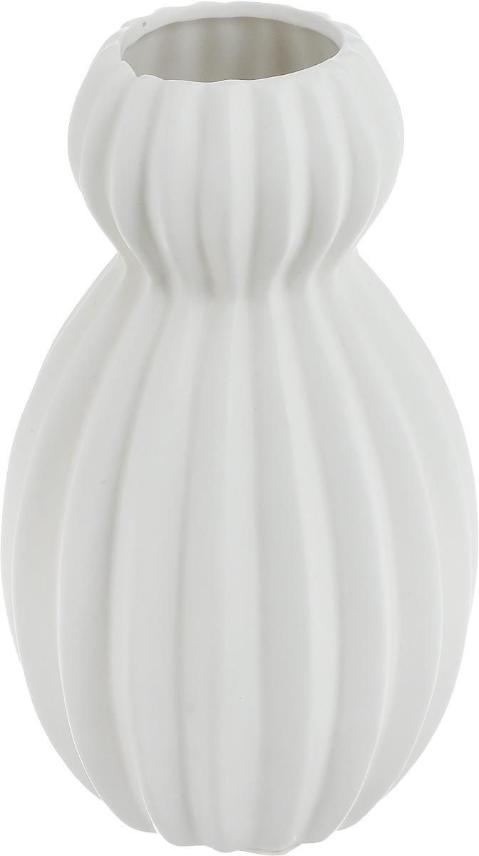 Ваза декоративная Феникс-Презент, цвет: белый, высота 18 см43823Оригинальная ваза Феникс-Презент изготовлена из фаянса. Рельефная волнообразная поверхностью вазы делает ее изящным украшением интерьера. При желании изделие можно оформить по собственному вкусу, например раскрасив его красками. Ваза Феникс-Презент дополнит интерьер офиса или дома и станет желанным и стильным подарком. Диаметр вазы: 11 см. Высота вазы: 18 см.