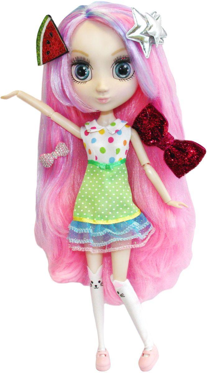 Shibajuku Girls Кукла СуриHUN2178Это не обычные Fashion Dolls – это Shibajuku Girls! Они лучше, чем все существующие куклы! Они выше! Они моднее! У них живые, реалистичные глаза. У них крутые аксессуары и заколки, которые могут носить и девочки! Сури обожает все цветное! Все цвета радуги - ее любимые! У нее есть огромная коллекция аксессуаров. А еще она очень люит готовить и печь кап-кейки! У куклы длинные розовые волосы с сиреневыми прядями, выразительные голубые глаза и прелестный наряд - зеленая юбка в горошек и белая блузка, также в разноцветный горошек.
