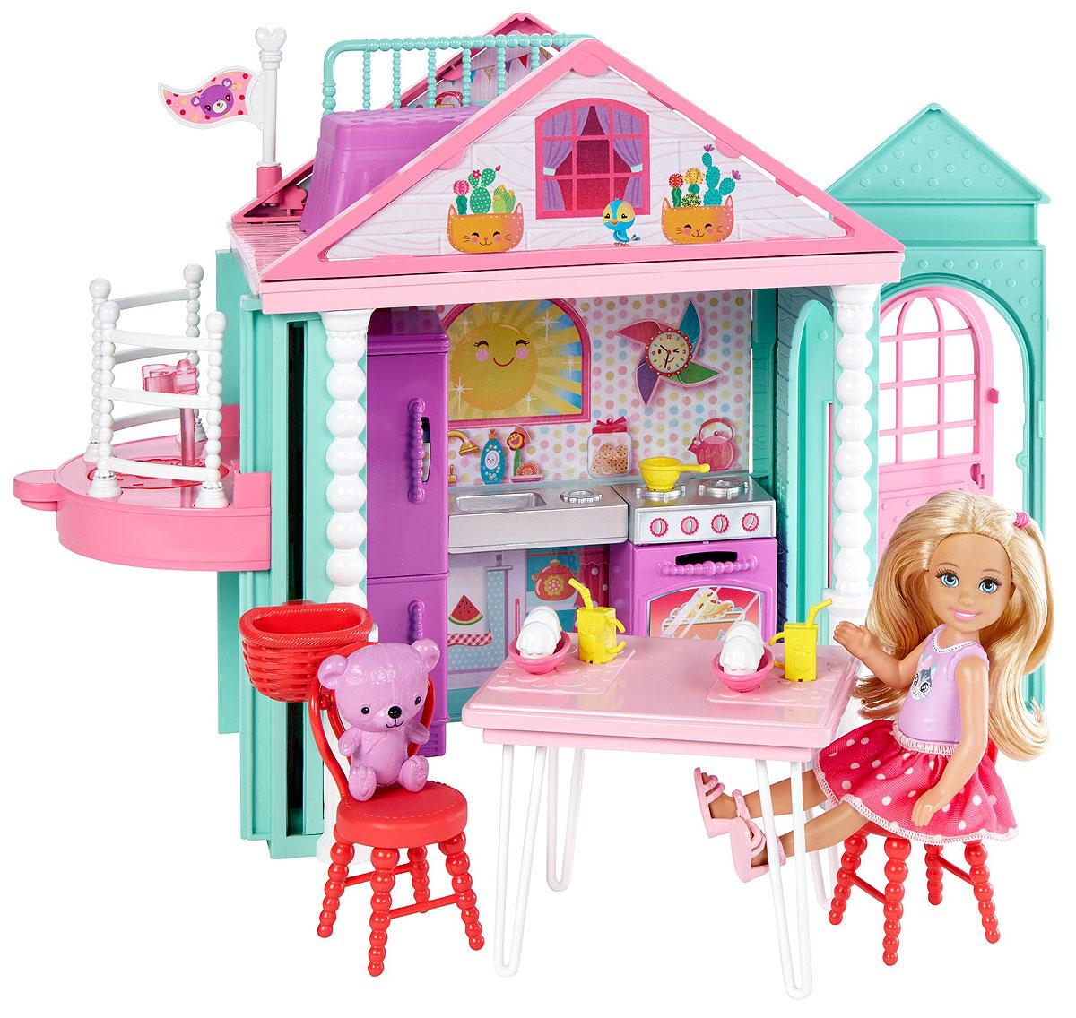 Barbie Домик ЧелсиDWJ50Двери двухэтажного клубного домика куклы Челси всегда открыты для вас! Откройте розовую дверь и встречайте друзей! В домике предусмотрена кухня с открывающимися шкафчиками, второй этаж, работающий лифт с платформой для Челси и корзинкой для ее медвежонка (входит в комплект). В доме имеется мебель. Напитки и навес от солнца так хороши для разговоров с друзьями! А в кровати на втором этаже можно мечтать днем или крепко спать ночью. Кукла Челси одета в майку, милую юбочку в белый горошек и розовые босоножки. Детям понравится разыгрывать дружеские посиделки с этим набором, ведь с Barbie возможно все!
