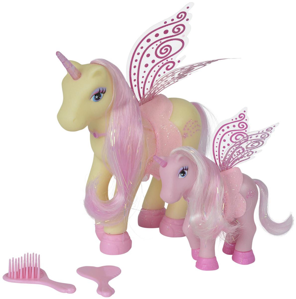 Simba Набор фигурок Сказочные пони-феи цвет желтый светло-розовый 2 шт5945234_желтый, светло-розовыйНабор фигурок Simba Сказочные пони-феи понравится любой малышке, особенно если она любит играть с единорогами. В набор входят две фигурки единорогов-фей - сказочный единорог мама и ее детеныш. Единороги имеют крылья, а также длинные шелковистые гривы, которые можно расчесывать (в набор входят две расчески), создавая разнообразные прически. На пони надеты стильные накидки с оборками.